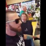 Skør ældre kvinde hos frisøren går amok på anden kunde
